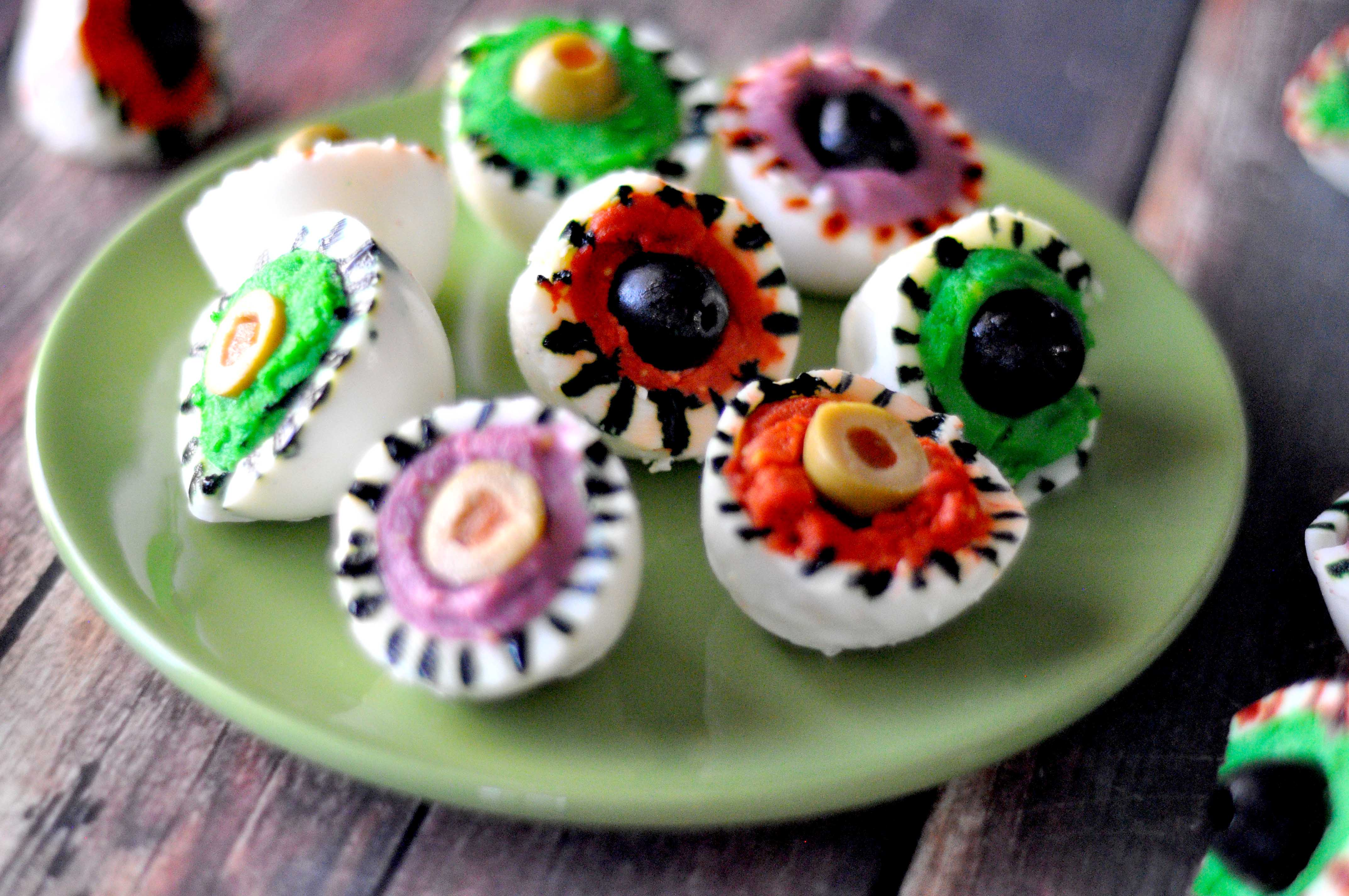 Halloween Deviled Eggs | Monster Eyeballs | A fun and easy Halloween snack or appetizer! www.TeepeeGirl.com